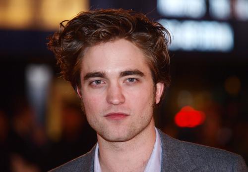 Robert Pattinson synger en sang